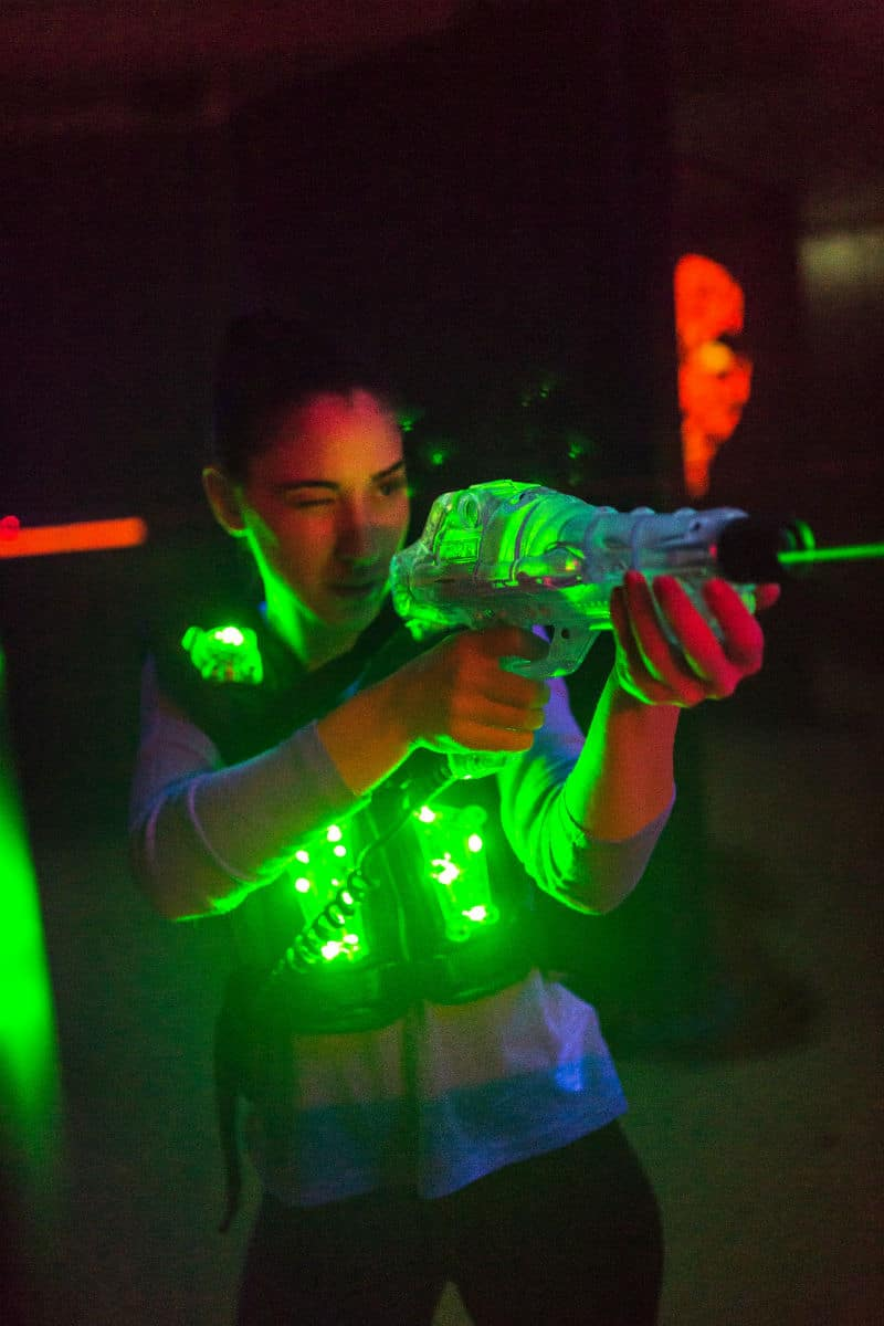 Flicka på laserdome barnkalas siktar