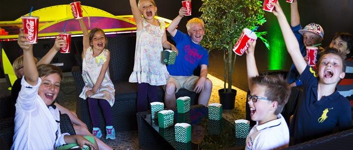 Barn som är på kul aktiviteter i Malmö skålar